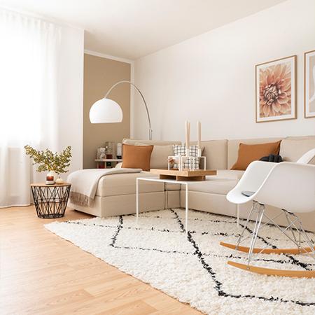 herbstlich dekoriertes Wohnzimmer mit Leinen Sofabezug auf Vallentuna Sofa