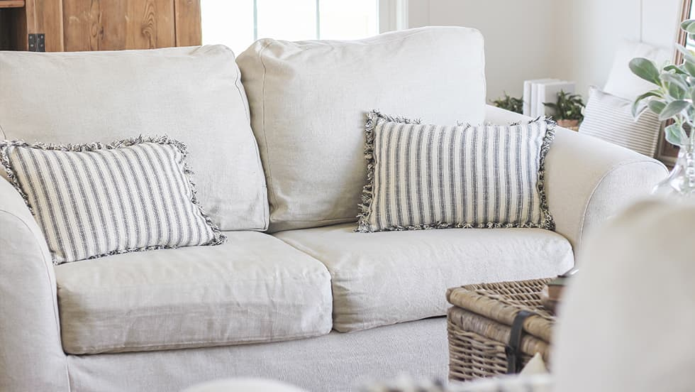 Housse sur mesure pour canapé 2 places : pose facile, coupe ajustée